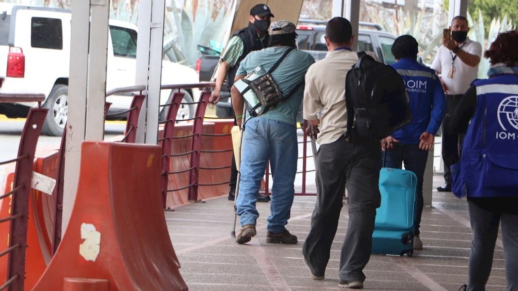 Cruzan a EE.UU. primeros migrantes varados en México para revisión de su solicitud de asilo - Migrantes que formaban parte del Protocolo de Protección a Migrantes (MPP, en inglés), cruzan hacia territorio estadounidense, en la ciudad de Matamoros, en el estado de Tamaulipas (México). Foto de EFE/Abraham Pineda-Jacome