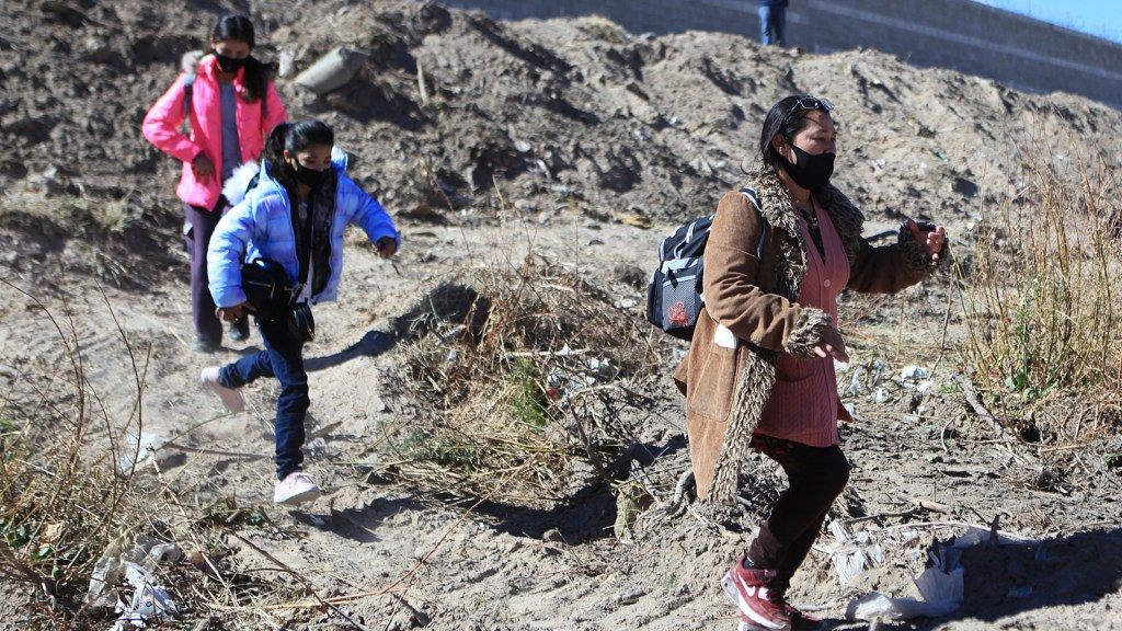 EE.UU. reinicia casos de asilo de 25 mil migrantes con apoyo de México y ONU - Migrantes en busca de asilo político en EE.UU. Foto de EFE