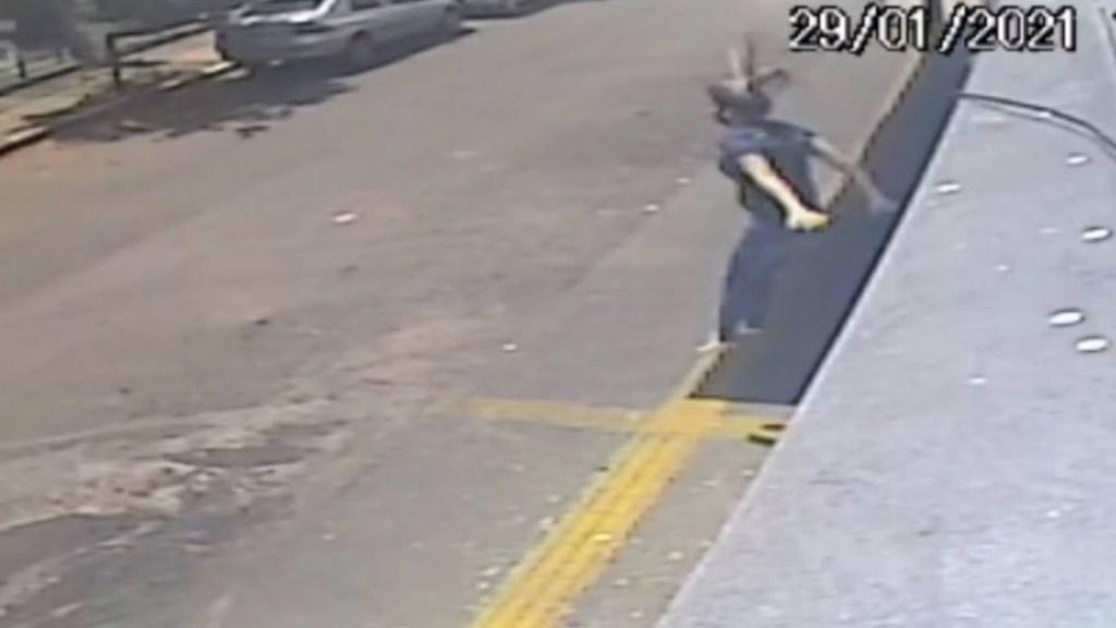 #Video Mujer pierde el movimiento de las piernas tras saltar de un segundo piso para evitar abuso sexual - Captura de pantalla