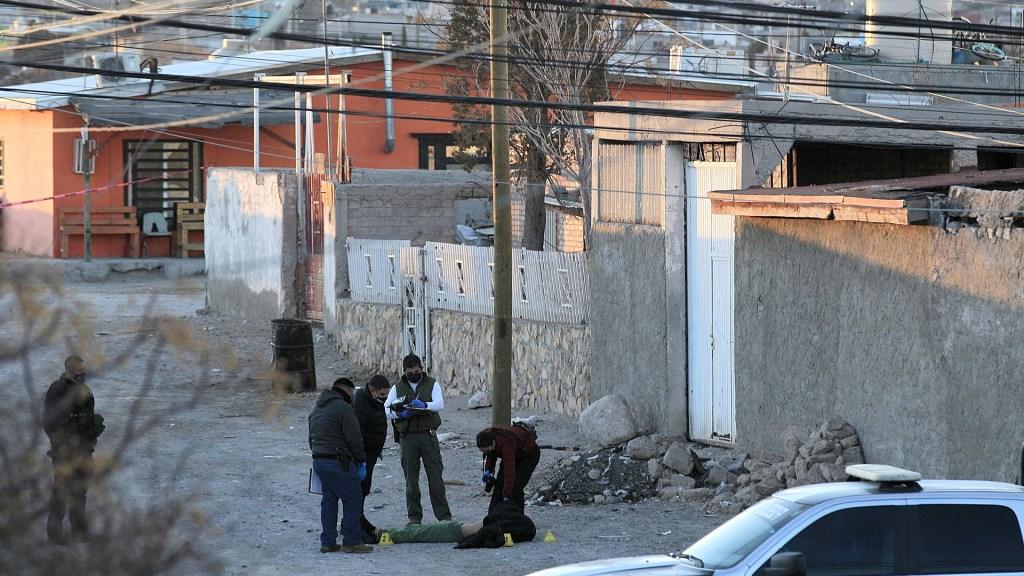Suman 80 mil 846 homicidios dolosos en lo que va del sexenio - Peritos toman fotografías como evidencia de asesinato de hombre en Ciudad Juárez, Chihuahua. Foto de EFE