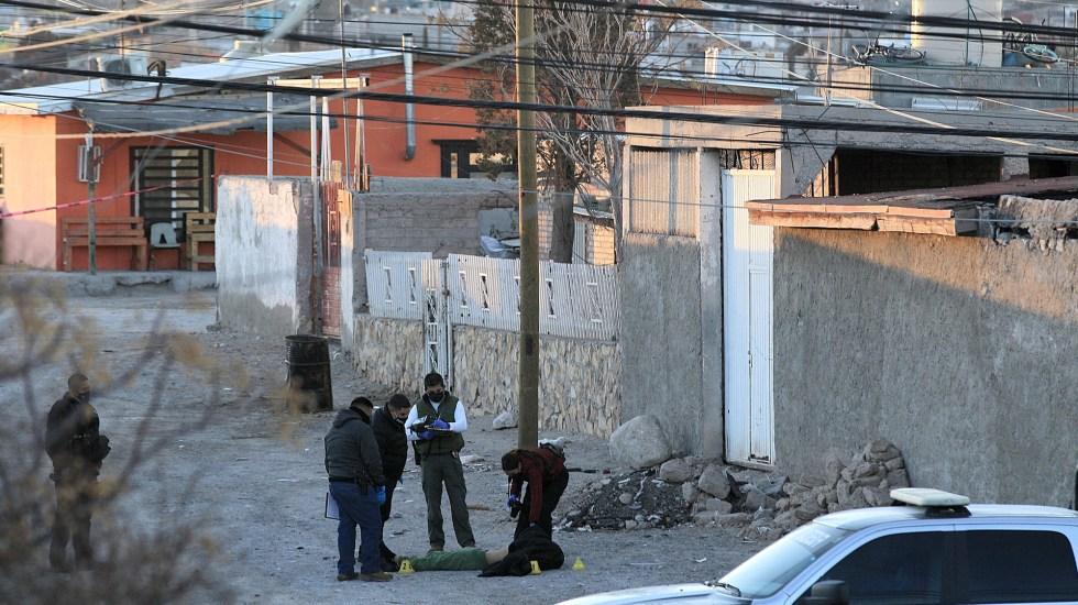 Suman 76 mil homicidios dolosos en lo que va del sexenio de AMLO - Peritos toman fotografías como evidencia de asesinato de hombre en Ciudad Juárez, Chihuahua. Foto de EFE