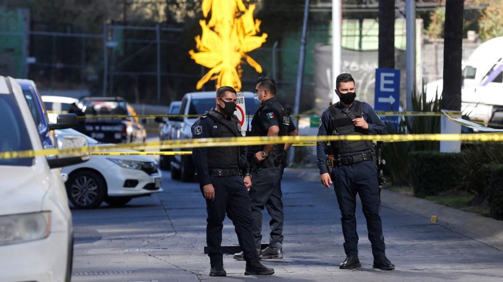 #Video Murió sicario que participó en balacera de Zapopan, Jalisco - Policías de la Fiscalía de Jalisco en zona de balacera en Zapopan. Foto de EFE