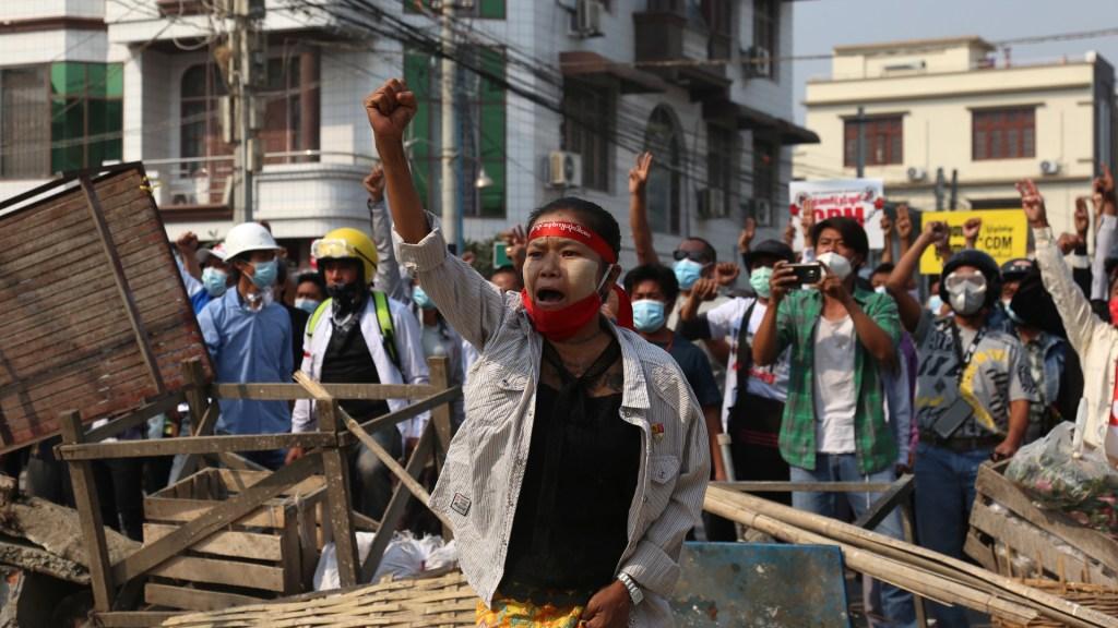 La represión en Birmania deja al menos 18 muertos en el día más sangriento - Protesta en Birmania contra golpe de Estado militar. Foto de EFE