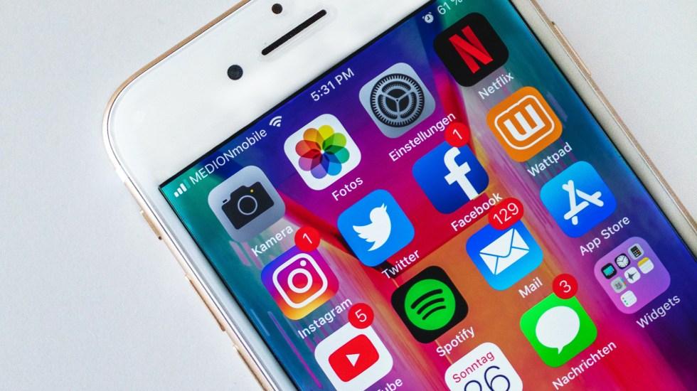 ¿Quién debe controlar las redes sociales?, por Alfonso Pérez Daza - Redes sociales en smartphone. Foto de Sara Kurfeß / Unsplash