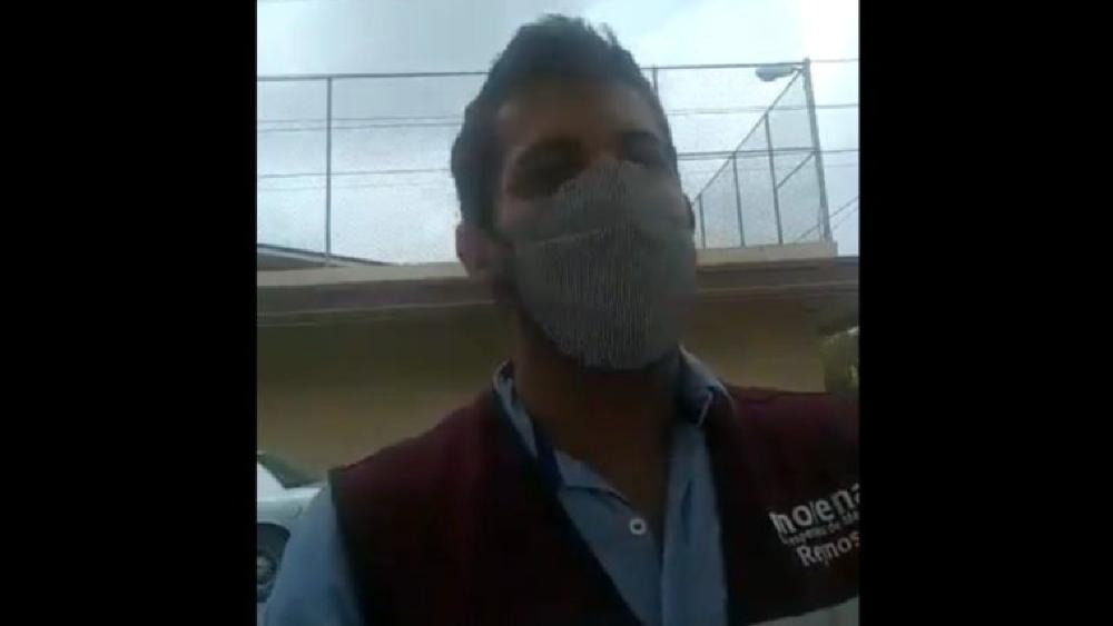 #Video Captan a servidor de la Nación, con chaleco de Morena, haciendo campaña con vacunas - Foto de captura de pantalla