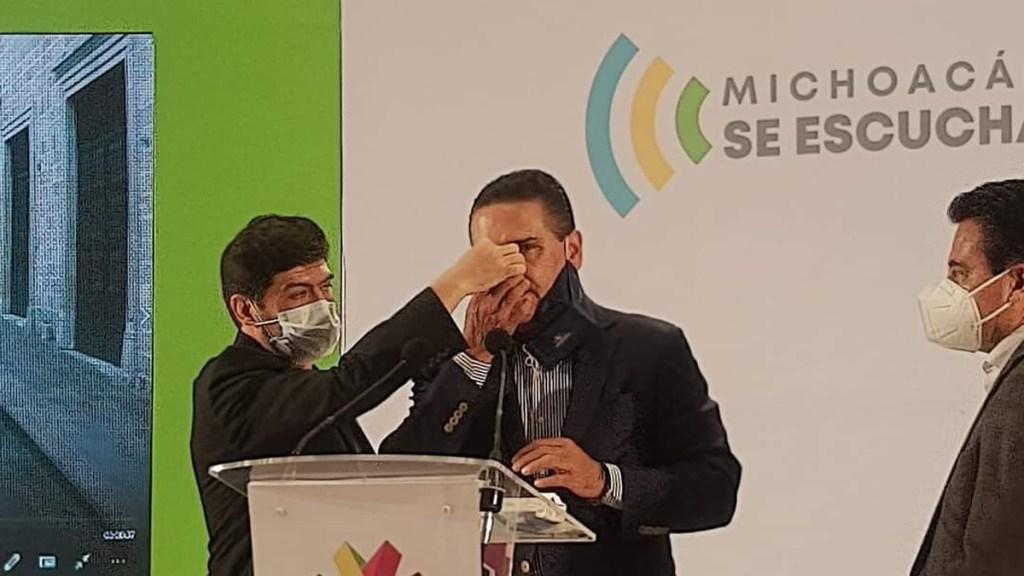 Silvano Aureoles sufre hemorragia nasal durante conferencia; sería secuela de COVID-19 - Silvano Aureoles durante hemorragia nasal. Foto de @cb_television