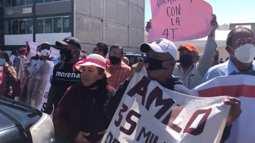 #Video Chocan simpatizantes y opositores a AMLO afuera de Hospital General de Querétaro - Simpatizantes de López Obrador afuera del Hospital General de Querétaro. Captura de pantalla
