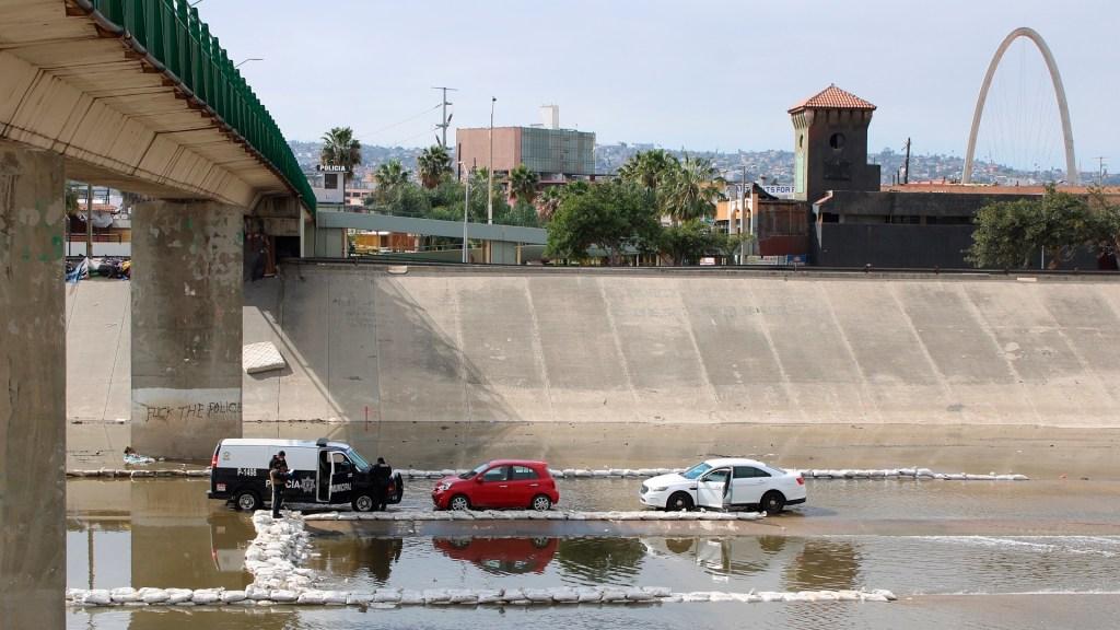 Tijuana, una ciudad aterrorizada por las disputas entre cárteles - Policías y peritos resguardan el sitio en que fue hallado un cadáver en Tijuana, Baja California. Foto de EFE/Joebeth Terriquez.