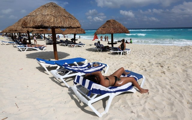 EE.UU. llama a ciudadanos a no viajar a México durante spring break debido al COVID-19 - Turistas disfrutan de la playa en Cancún. Foto de EFE/ Alonso Cupul/ Archivo.