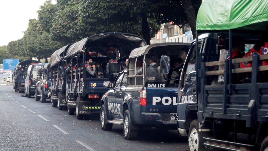 Consejo de Seguridad de la ONU abordará golpe de Estado en Birmania - Unidades de la Policía en Birmania tras golpe de Estado. Foto de EFE