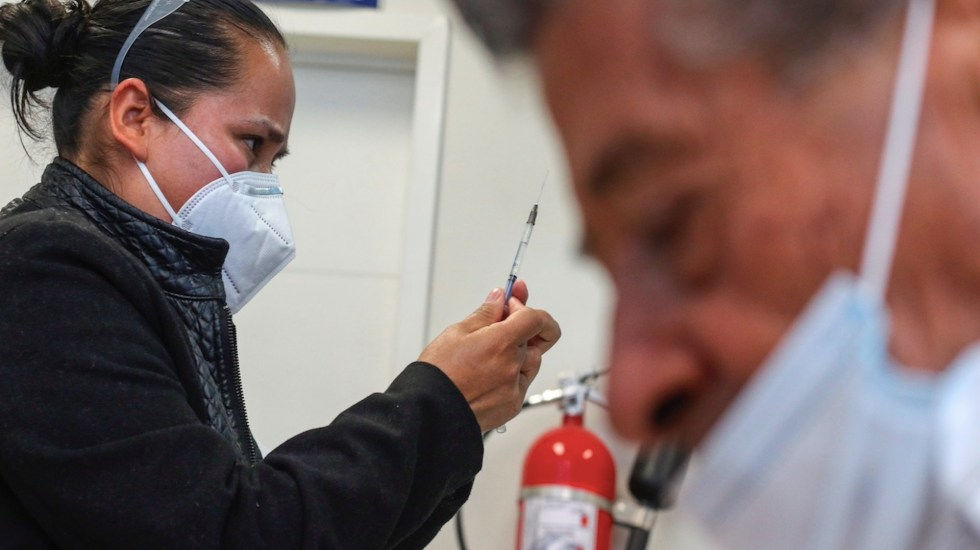 México comienza la vacunación a mayores de 60 años con problemas logísticos - Foto de EFE
