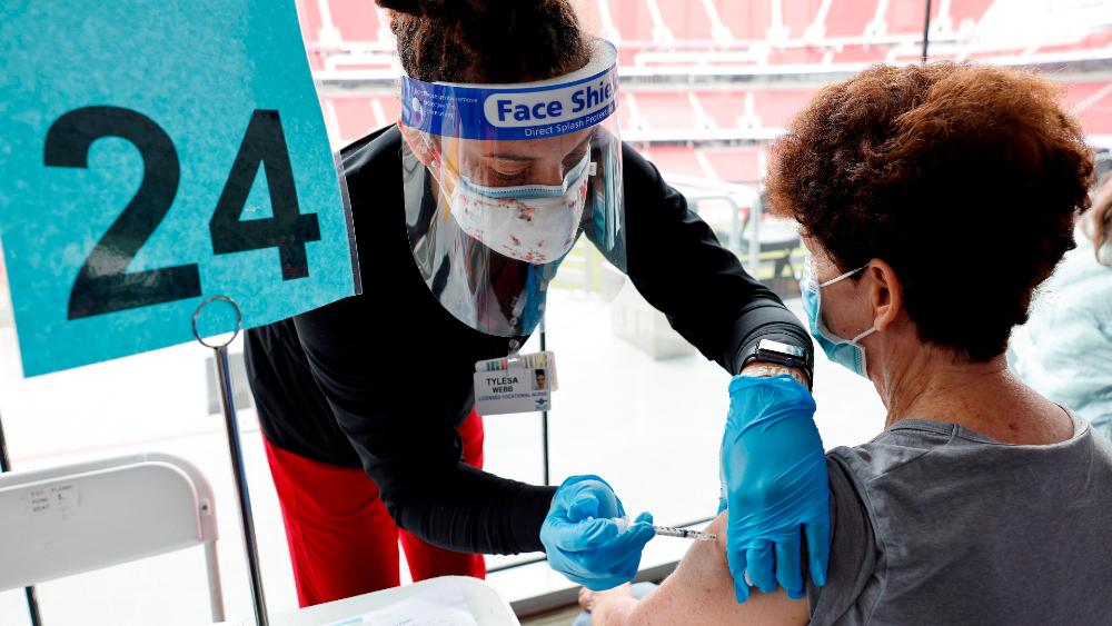 Este jueves llegan a México 2 millones de vacunas CanSino para su envasado, confirma Ebrard - Foto de EFE