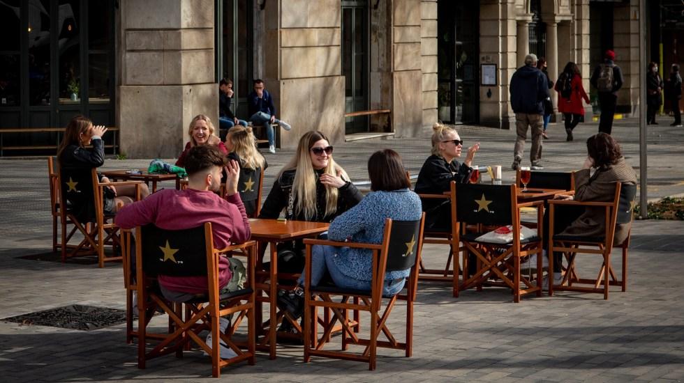 España supera los tres millones de casos de COVID-19 con récord de decesos - Vida social en Barcelona, España, durante tercera ola de la pandemia. Foto de EFE