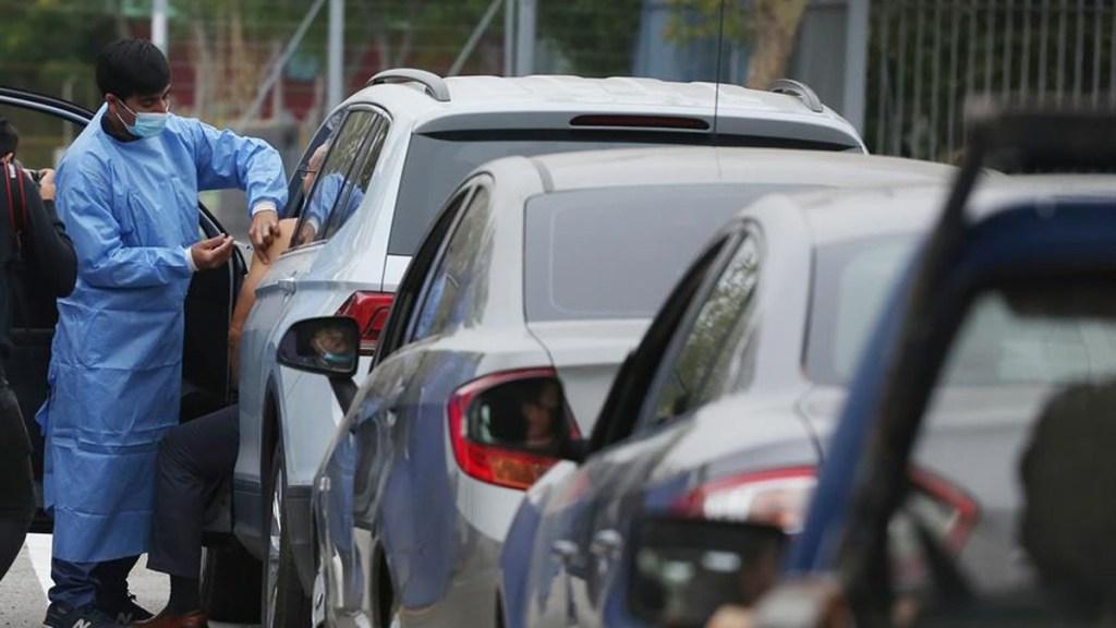 Chile apuesta por vacunación masiva en autos - Vacunación en Chile. Foto de EFE.