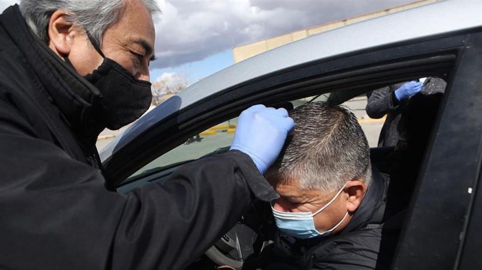 México vive un Miércoles de Ceniza adaptado a los tiempos del COVID-19 - Un hombre recibe ceniza sin bajarse de su auto en Ciudad Juárez, Chihuahua. Foto de EFE.