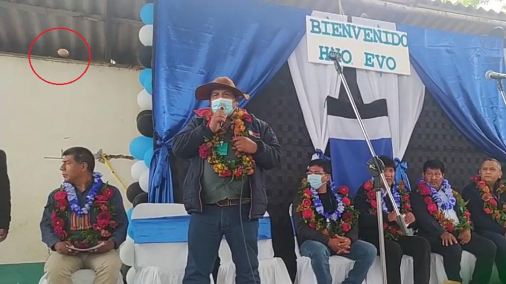 #Video Arrojan huevazos a Evo Morales durante mitin en Bolivia - Arrojan huevos a Evo Morales durante evento en Bolivia. Captura de pantalla
