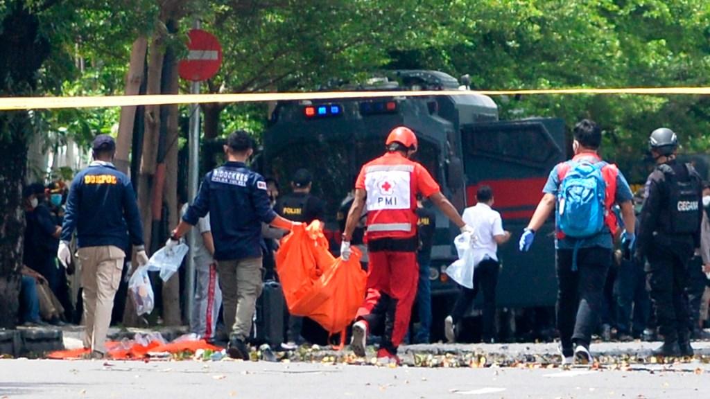 Atentado contra iglesia cristiana en Indonesia deja dos muertos y 20 heridos - Servicios de emergencia retiran el cuerpo de uno de los dos suicidas que perpetró un ataque contra una iglesia en Indonesia. Foto de EFE