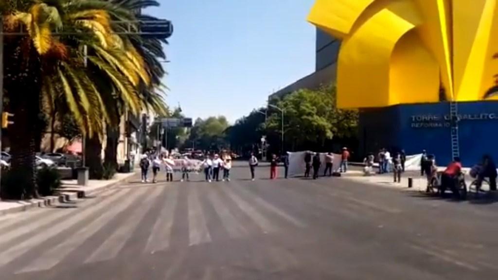Simpatizantes de Morena bloquean Paseo de la Reforma; exigen audiencia con Mario Delgado - Bloqueo de Paseo de la Reforma a la altura de la Torre de 'El Caballito'. Captura de pantalla