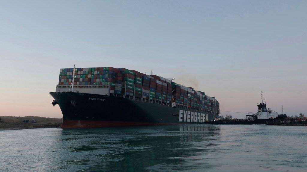 Reflotan el buque Ever Given y liberan el canal de Suez - Buque Ever Given en canal de Suez. Foto de EFE