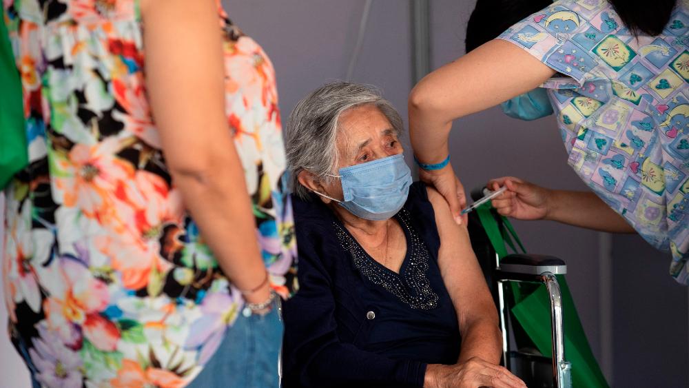 Chile se convierte en el país que más rápido vacuna en el mundo - Foto de EFE
