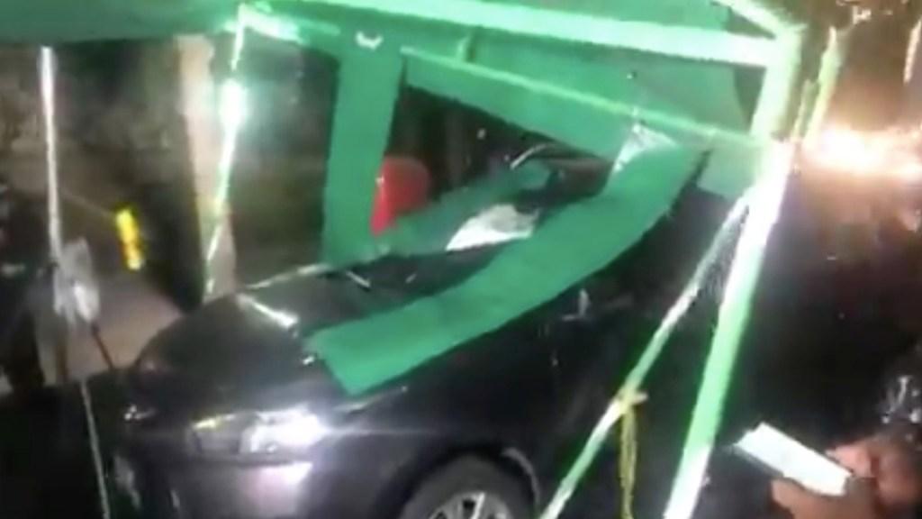#Video Conductor intenta evadir el alcoholímetro y choca contra carpa - Auto choca contra el alcoholímetro en Lomas de Chapultepec. Foto tomada de video
