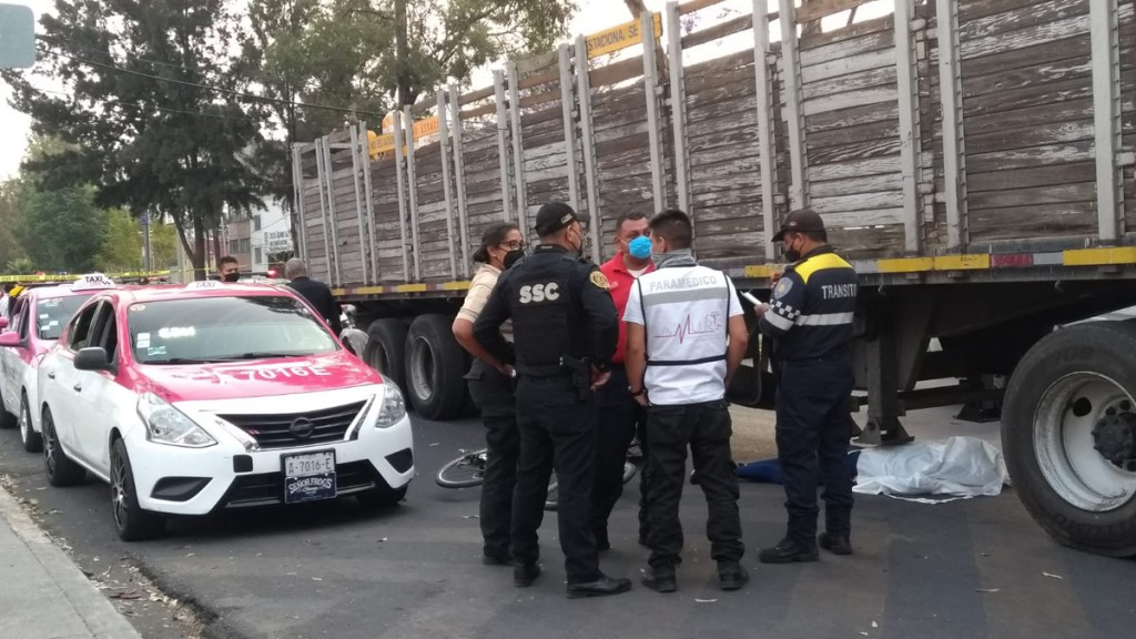Murió ciclista atropellado por tráiler en La Viga, Iztapalapa - Ciclista muerto sobre Avenida La Viga. Foto de @BiciManager