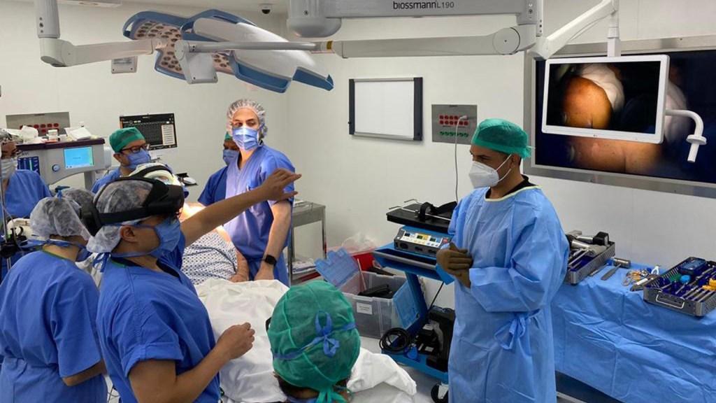 UNAM realiza primera cirugía a distancia con realidad mixta - Cirugía de hombro realizada a distancia por la UNAM. Foto de UNAM