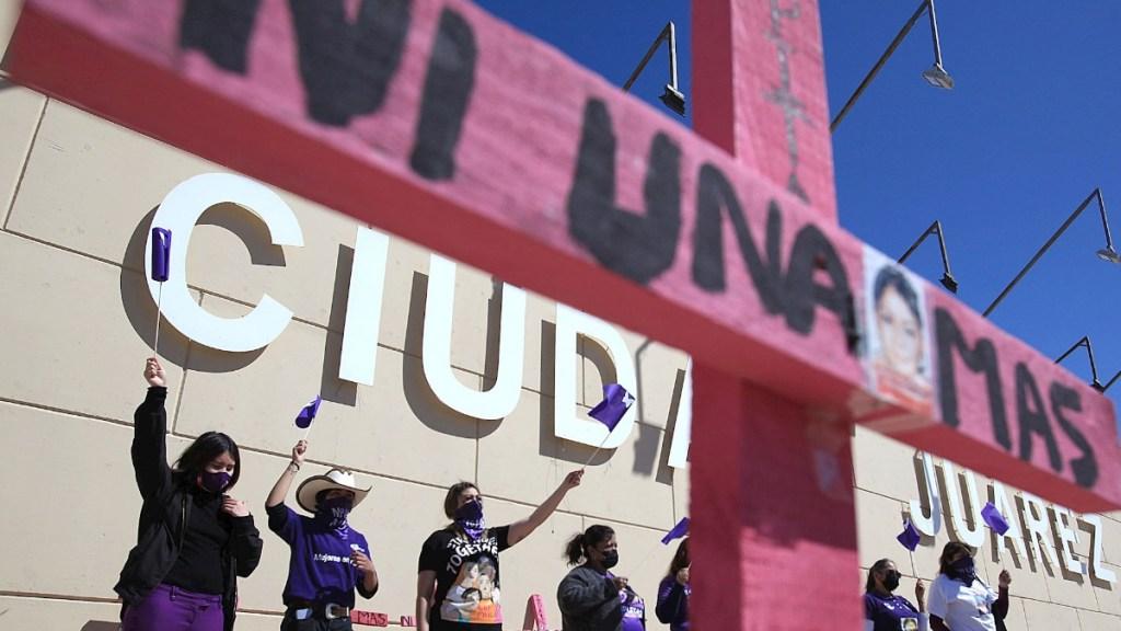 Exigencia de justicia para asesinadas y violentadas se asoma en Ciudad Juárez - Madres de víctimas de feminicidios, protestan hoy domingo, frente a la Fiscalía General de Ciudad Juárez. Foto de EFE/ Luis Torres