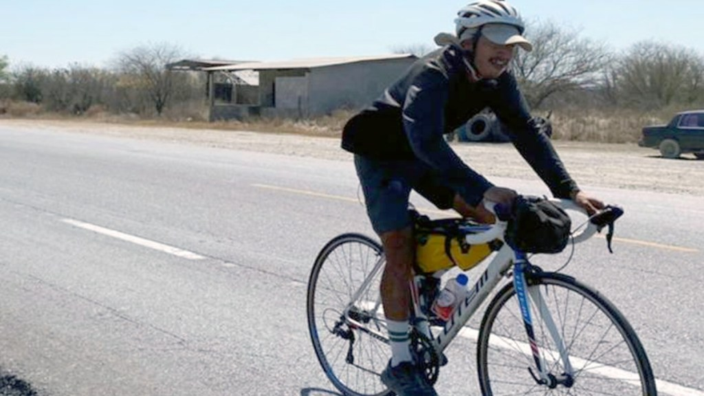 Trotamundos llega a Ciudad Victoria; policías lo ayudan por llanta ponchada - Ciudad Victoria Tamaulipas Ciclista CDMX llantaCiudad Victoria Tamaulipas Ciclista CDMX llanta