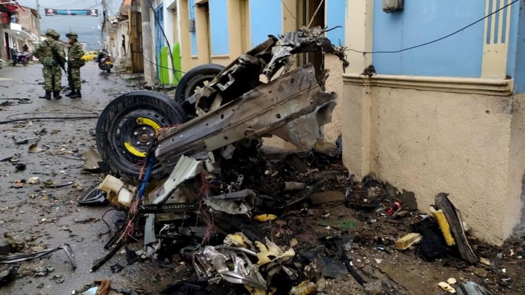 Explosión de coche bomba en Colombia deja 16 lesionados - Fotografía cedida por la Alcaldía de Corinto que muestra los destrozos causados por la explosión de un vehículo bomba frente a la Alcaldía del municipio, hoy en Corinto (Colombia). Foto de EFE/Alcaldía de Corinto