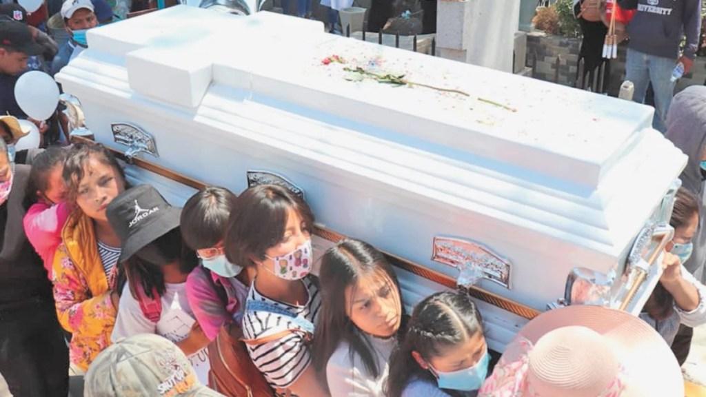 Compañeras de clase cargan ataúd de Wendy Yoselin, joven hallada muerta en canal de aguas negras - Compañeras de Wendy Yoselin cargan su féretro. Foto de El Gráfico