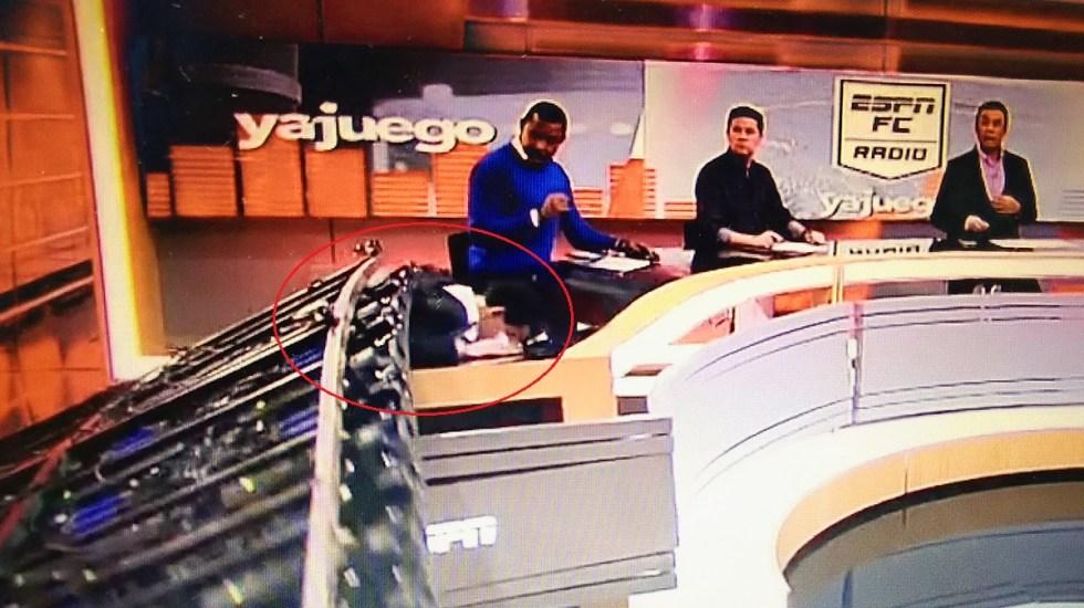 """#Video Escenografía aplasta a comentarista deportivo en vivo; """"estoy bien"""", afirma Carlos Orduz - Escenografía aplasta al comentarista Carlos Orduz. Captura de pantalla"""