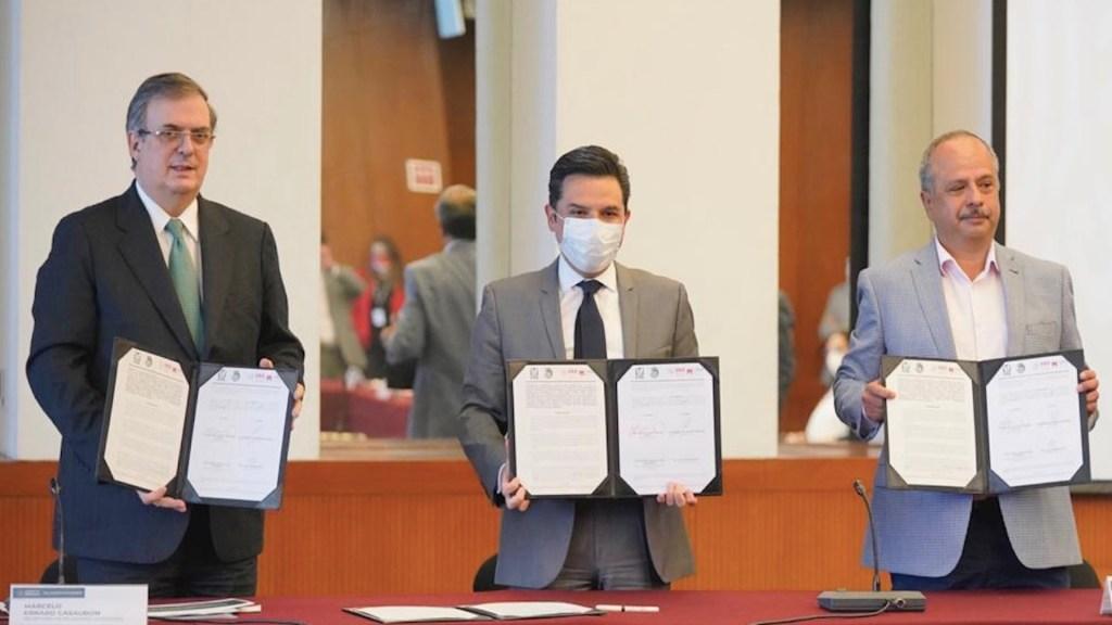 IMSS y SRE firman convenio para brindar seguridad social a trabajadores independientes que viven en el extranjero - Marcelo Ebrard y Zoé Robledo firmaron un convenio para trabajadores en el extranjero. Foto de IMSS