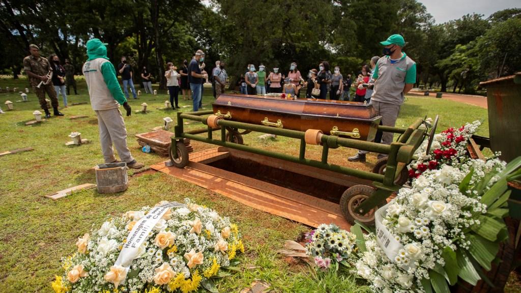Brasil registra 3 mil 650 nuevas muertes por COVID-19, nuevo récord diario - Varias personas asisten al funeral de una víctima por COVID-19, en Brasilia (Brasil). Foto de EFE