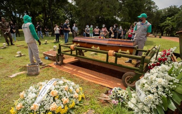 Aumentan las muertes de mujeres embarazadas con COVID-19 en Brasil - Varias personas asisten al funeral de una víctima por COVID-19, en Brasilia (Brasil). Foto de EFE