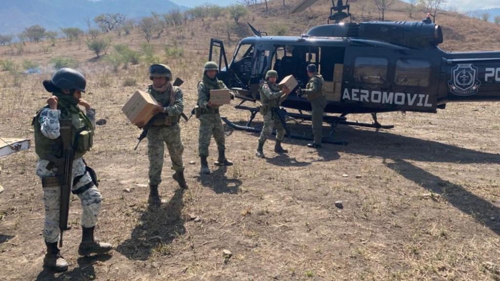 Fuerzas estatales y federales entregan en Coyuca, Guerrero, apoyos alimentarios a familias - Militares y fuerzas estatales entregaron en Coyuca, Guerrero, apoyos alimentarios a familias, además de que se escucharon sus solicitudes. Foto: Especial