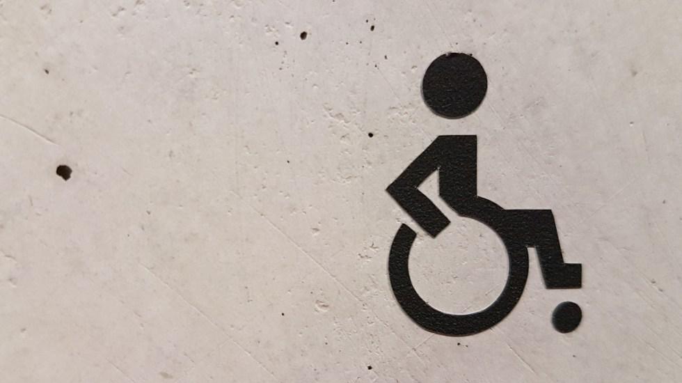 Universidad Anáhuac facilita búsqueda de empleo a personas con discapacidad - Ilustración de persona con discapacidad. Foto de Marianne Bos / Unsplash