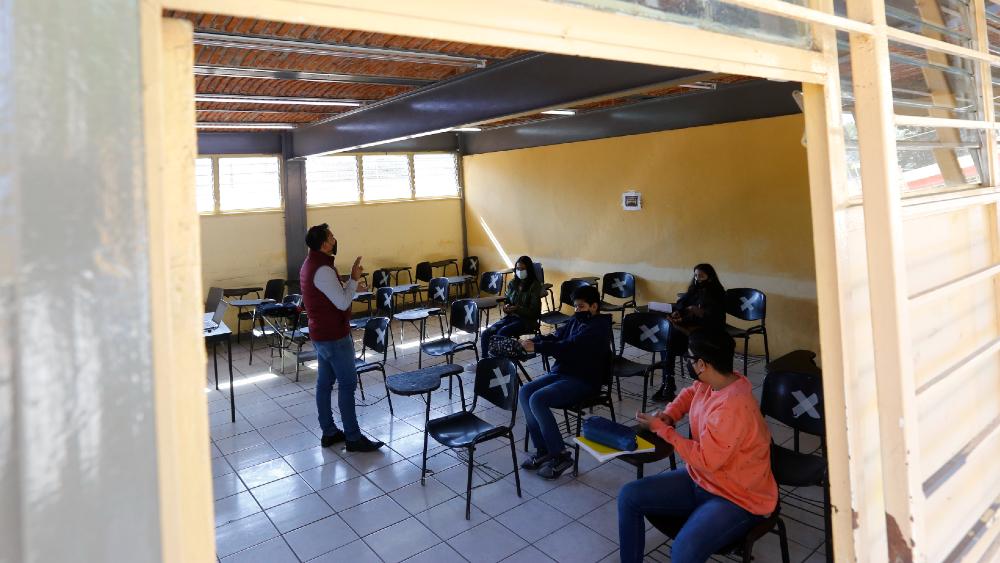 Niños vuelven a las aulas de Jalisco tras un año de clase virtual - Foto de EFE