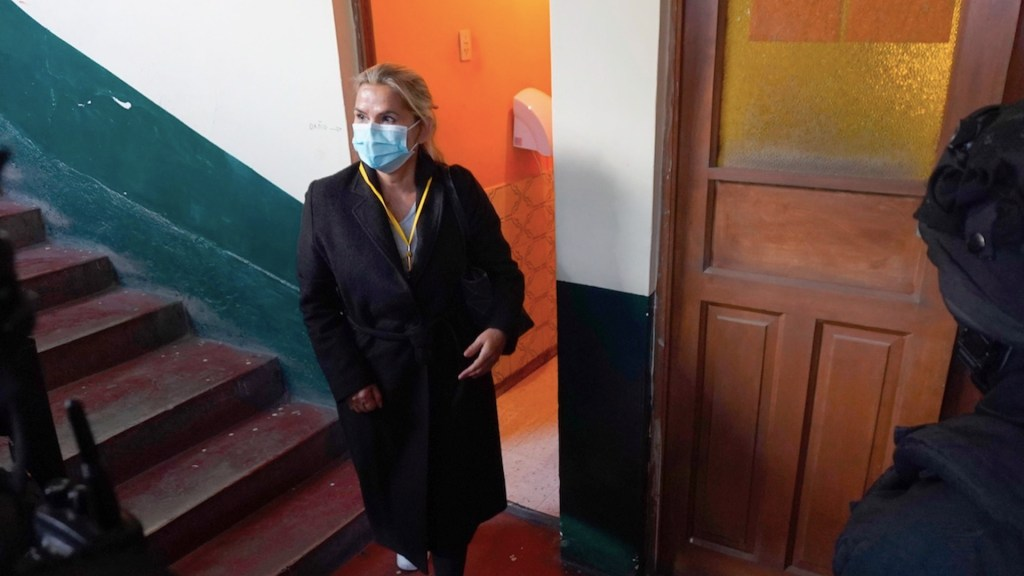 Detienen a Jeanine Áñez, expresidenta interina de Bolivia; la trasladan a La Paz bajo un fuerte dispositivo de seguridad - Foto de EFE