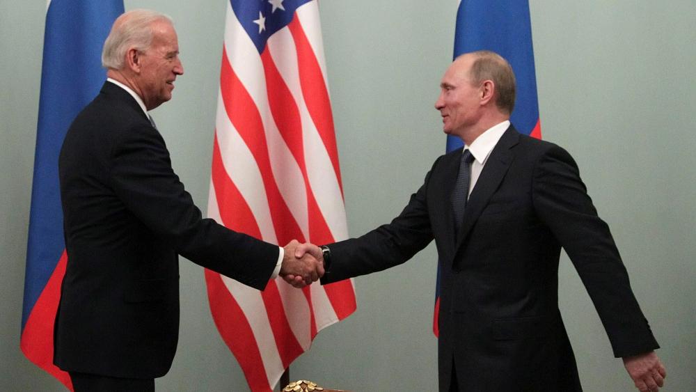 AMLO asegura que México no tiene por qué meterse en tensión EE.UU.-Rusia - Imagen de archivo del, entonces, vicepresidente estadounidense, Joe Biden, y el primer ministro ruso, Vladimir Putin, durante un encuentro en Moscú (Rusia), en marzo de 2011. Foto de EFE
