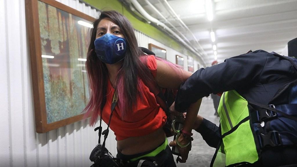 Policías agreden a fotoperiodistas que cubrían marcha del Día de la Mujer en CDMX - La fotoperiodista Leslie Pérez fue detenida en Metro Hidalgo al cubrir marcha feminista. Foto de EFE