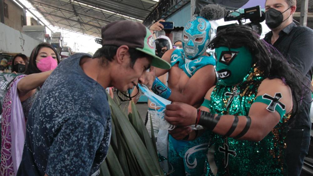 A la fuerza: luchadores mexicanos reparten cubrebocas en el Metro de la CDMX - Foto de @InjuveCDMX