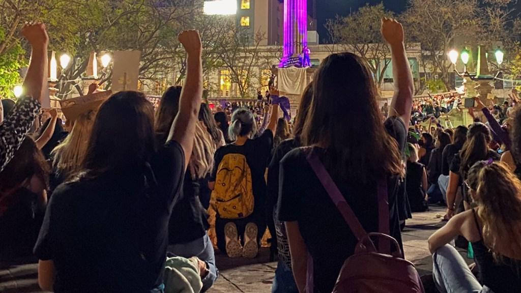 Joven de 22 años sufre acoso sexual, protesta…. y termina detenida - Manifestación feminista en Aguascalientes. Foto de @marrxdz