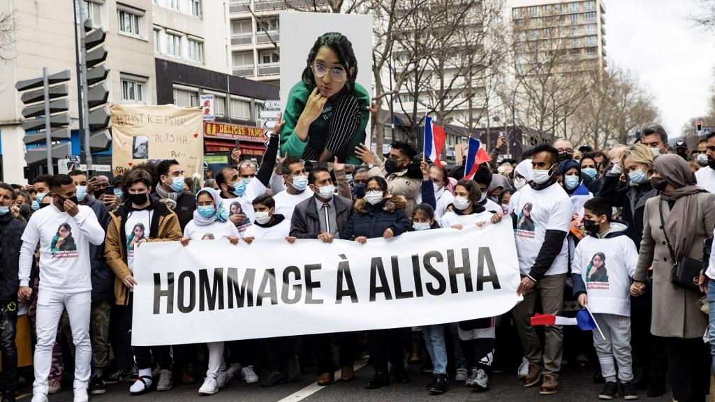 Rinden homenaje en Francia a adolescente asesinada por compañeros de clase - Marcha en homenaje a Alisha, adolescente asesinada por dos compañeros de clase. Foto de EFE