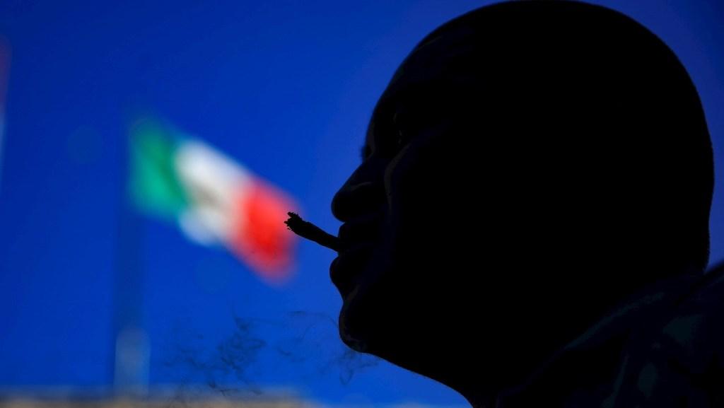 Pide Monreal no precipitarse y evitar una mala ley sobre mariguana - Un hombre fuma mariguana durante una marcha por su regularización, en el Zócalo de Ciudad de México. Foto de EFE/Carlos Ramírez.