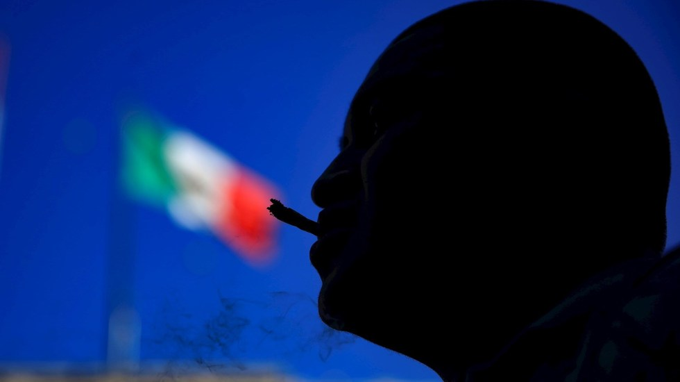 Avalan diputados, en lo general, la despenalización y regulación del uso lúdico de la mariguana - Un hombre fuma mariguana durante una marcha por su regularización, en el Zócalo de Ciudad de México. Foto de EFE/Carlos Ramírez.