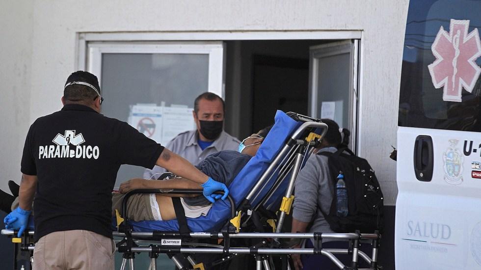 México, el tercer país con más muertes reportadas por COVID-19 este martes en el mundo - Paramédicos ingresan hoy, a un enfermo con síntomas de COVID-19 al Hospital General en Ciudad Juárez. estado de Chihuahua, México. Foto de EFE/Luis Torres.