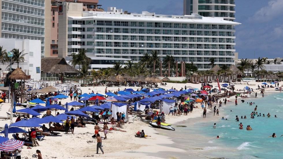 México llegará a Semana Santa con más de 200 mil muertes por COVID-19 y un decálogo para evitar 'tercera ola' de contagios - Turistas disfrutan de las playas en Cancún, Quintana Roo. Foto de EFE/Alonso Cupul.