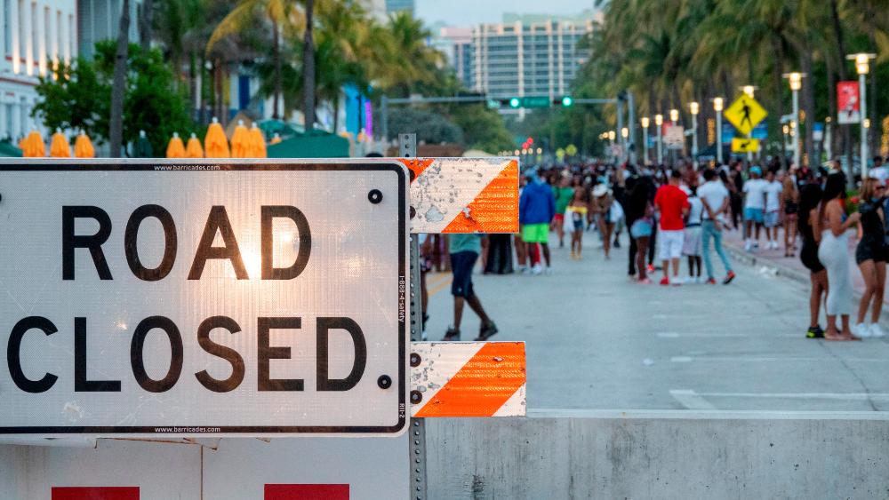 Declaran toque de queda en Miami Beach y corte de vías por aglomeraciones - Una gran multitud de personas se reúnen cerca de la playa durante el Spring Break en Miami Beach, Florida. Foto de EFE