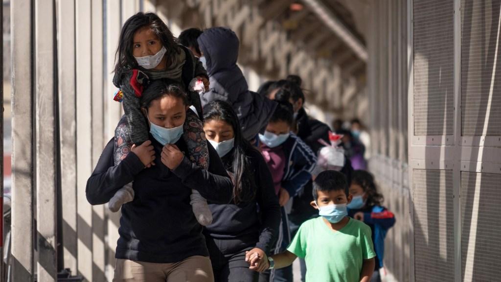 Mujeres migrantes tienen más vulnerabilidad en su camino hacia Estados Unidos, advierte Eunice Rendón - Migrantes expulsados de EE.UU. cruzan por puente fronterizo a México. Foto de El País